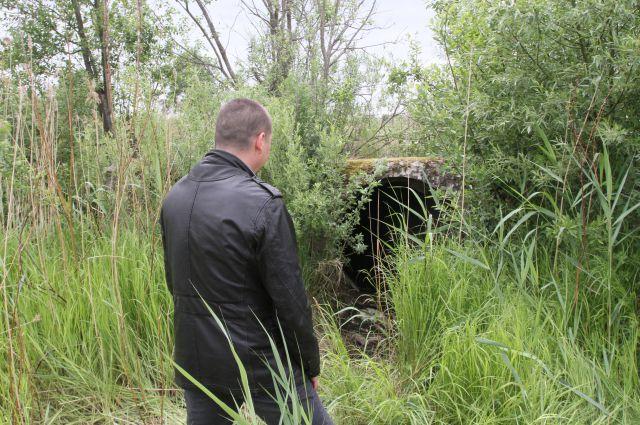 Оперативник показывает место, где нашли девочку...