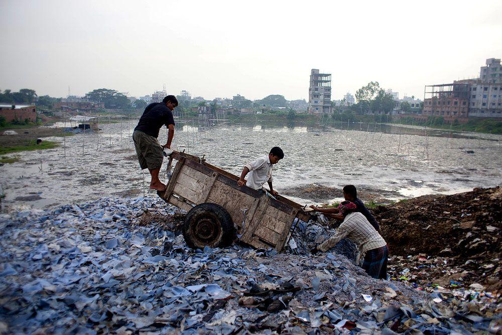 В Бангладеш существует несколько сотен кожевенных предприятий. Около 90% таких производств расположено в городе Хазарибагх. Для обработки кожи на них используется раствор шестивалентного хрома, и ежедневно в местную речку сливается 22 тыс. л этого вещества: оно настолько опасно, что может вызывать рак. Кроме того, местные кожевенники каждый день сжигают горы обрезков и отходов, что тоже не добавляет городу чистоты.