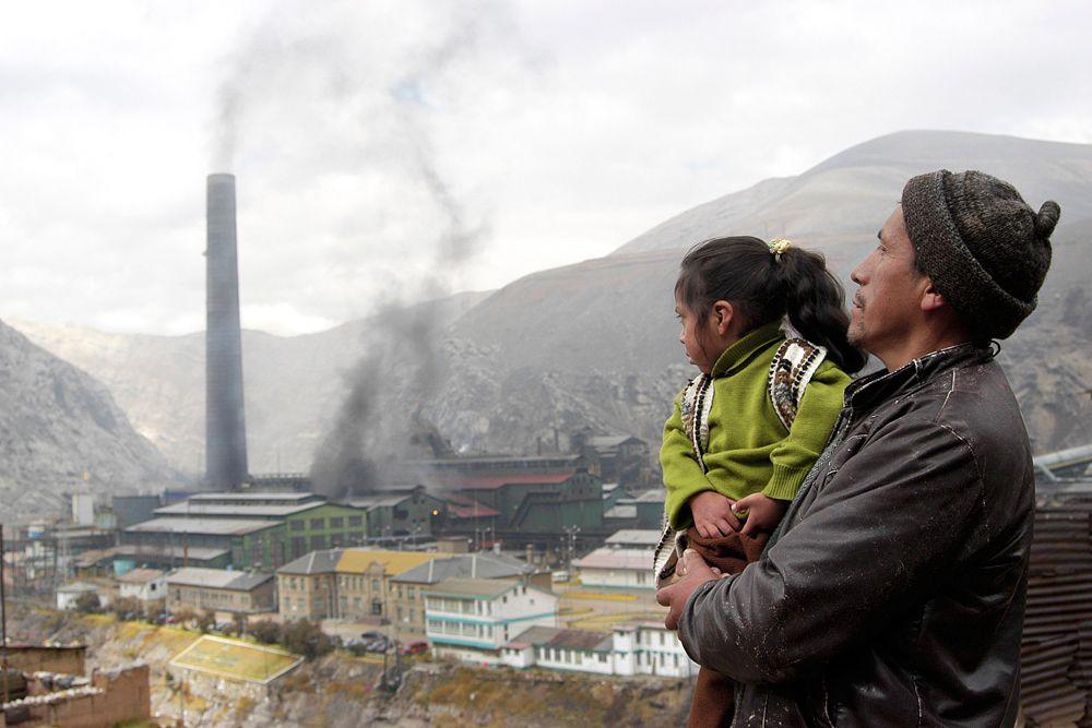 Шахтерский город Ла Оройа, расположенный в предгорьях Анд, называют перуанским Чернобылем. Он попал в топ-10 самых загрязненных городов планеты в 2007 году. В начале XX века американцы построили здесь шахты и заводы по добыче и переработке свинца, цинка, меди. В городе 35 тыс. жителей.  Уровень свинца в крови у 99% местных детей в три раза превышает предельно допустимые показатели. Уровень детской смертности здесь один из самых высоких в мире. Растительность в окрестностях города исчезла, земля выжжена, а местные жители уже давно привыкли к кислотным дождям.