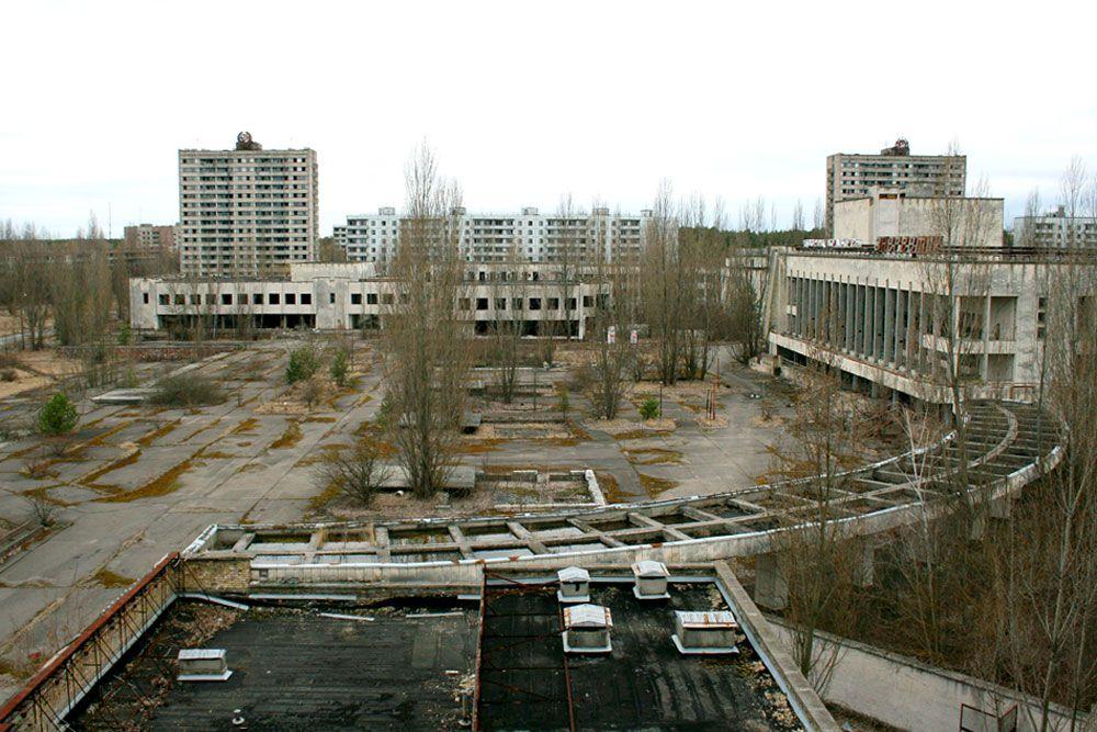 После аварии на Чернобыльской АЭС 1986 года в зоне бедствия оказалась территория порядка 150 тыс. кв. км. И сегодня зона отчуждения вокруг станции остается практически необитаемой, а крупные центры района Чернобыль и Припять давно стали городами-призраками.