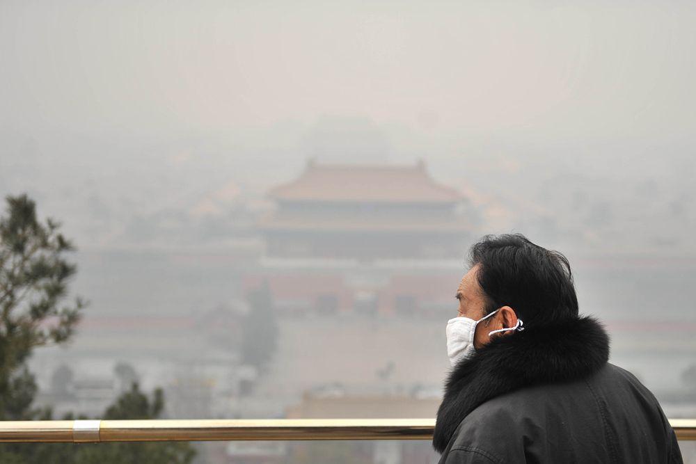 Всем хорошо известен прекрасных город Пекин. Полюбоваться его видами мечтают многие путешественники. Да вот беда: насколько Пекин прекрасен, увидеть все сложнее: пелена желтого удушливого смога является неотъемлемой частью местного пейзажа. Голубое небо и яркое солнце здесь редкость и настоящий праздник.