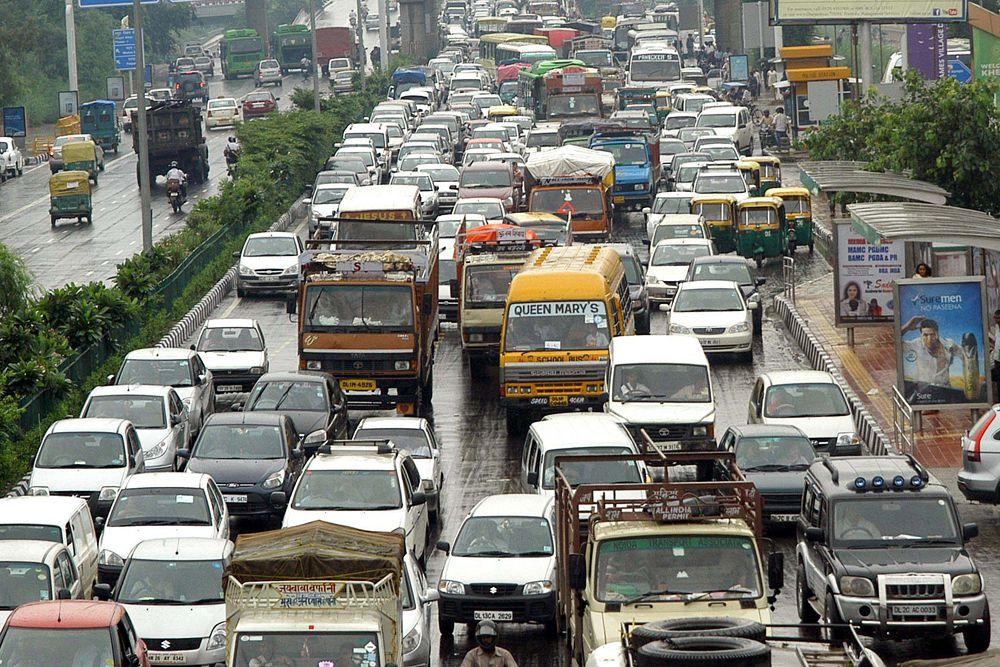 Из-за огромного количества автомобилей столица Индии Нью-Дели поправу входит в число самых грязных городов мира. Оно и понятно. Количество автомобилей в Дели больше, чем в других мегаполисах страны, — более 8,1 млн. Кроме того, значительная часть канализационных стоков сливается в реку Джамну без очистки. Жители трущоб сжигают мусор на открытом воздухе. Около 50% населения живут в антисанитарных условиях. Согласно результатам гарвардского исследования, каждые двое из пяти делийцев страдают респираторными заболеваниями.