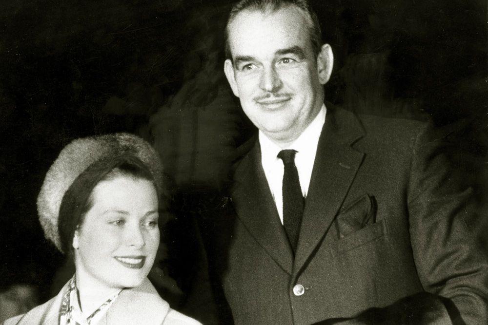 Грейс Келли и князь Монако Ренье III познакомились во время съёмок третьего фильма актрисы с Альфредом Хичкоком — «Поймать вора», действие которого происходит на французской Ривьере. 18 апреля 1956 года состоялась свадьба, после чего Грейс стала княгиней и оставила свою кинокарьеру.