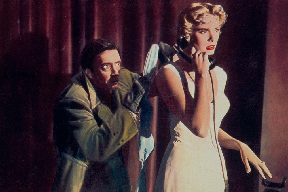 Грейс стала знаменитой, в буквальном смысле слова, за одну ночь. Ночь вручения «Оскара» в 1955 году. Впервые за всю историю кинопремии с 1928 года церемонию показали по телевидению, превратив ее в суперспектакль ценою полмиллиона долларов. Не менее 50 миллионов американцев смотрели шоу. Ни у кого не было сомнений – золотую статуэтку получит Джуди Гарлэнд, сыгравшая Вики Лестер. Но случилось то, чего никто не ожидал. Награда досталась Грейс Келли за роль в ленте «Деревенская девушка» (Грейс получила на 6 голосов больше Вики).