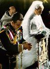 Невероятно, но факт – на бракосочетании, которое состоялось в апреле 1956 года, невеста блистала в роскошном наряде от Хелен Роуз (дизайнер MGM, обладательница «Оскара», одевавшая прежде актрису для фильмов «Высшее общество» и «Лебедь»), а ее суженый был облачен в шитый золотом мундир, дизайн которого разработал он сам. Кутюрье из князя вышел неважный, так что его наряд раскритиковали все кому не лень, назвав опереточным.
