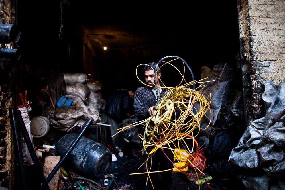 Каир считается одним из самых неблагоприятных городов в мире по уровню загрязненности воздуха. В этом городе есть трущобы, которые также называют городом мусорщиков. Здесь живут забаллины. Они вручную собирают, сортируют, используют и готовят к переработке мусор. На первых этажах двух-трехэтажных кирпичных домов с недостроенными крышами расположены большие помещения для сортировки и упаковки мусора; верхние этажи жилые. Все улицы завалены мусором. Повсюду смрад. Сортировкой в основном занимаются женщины и дети, мужчины специализируются на вывозе.
