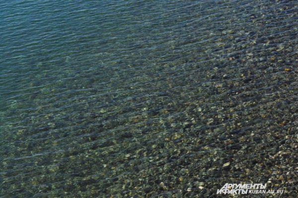Вода на морском берегу чистейшая.