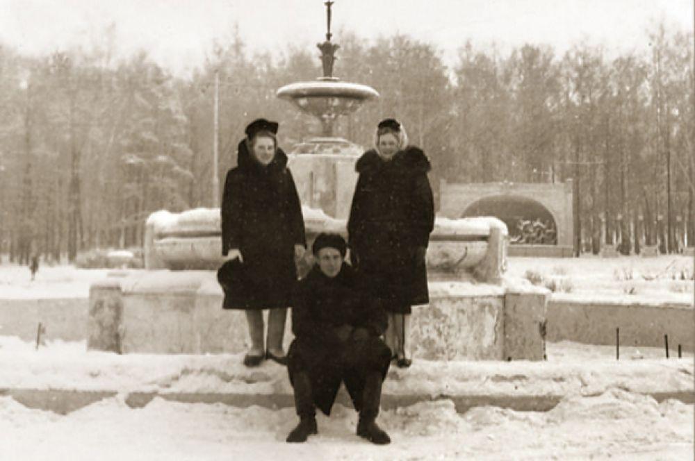 У фонтана, 1950 г.