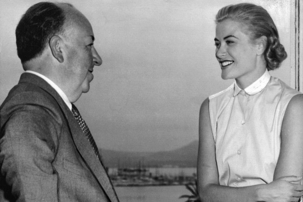 Эти же, казалось бы провальные пробы, помогли актрисе еще раз. Джон Форд никак не мог найти достойную партнершу для Кларка Гейбла и Авы Гарднер в «Могамбо». Но как только режиссер увидел кадры с Грейс – ей снова дали роль. Кинокомпания MGM заключила с Келли контракт на 7 лет. В нем также обговаривался запрет на все иные съемки. Так что Альфреду Хичкоку, одной из любимых блондинок которого и была Грейс, приходилось выкупать ее у MGM, чтобы она могла сниматься в его фильмах.