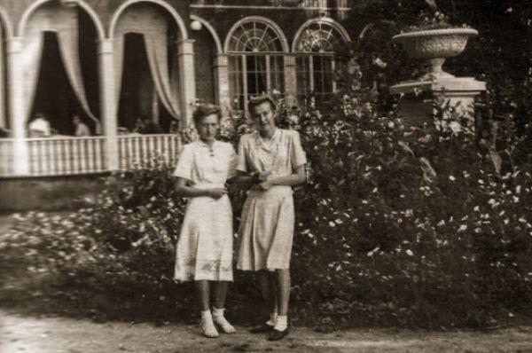 Возле ресторана, 1950 г.