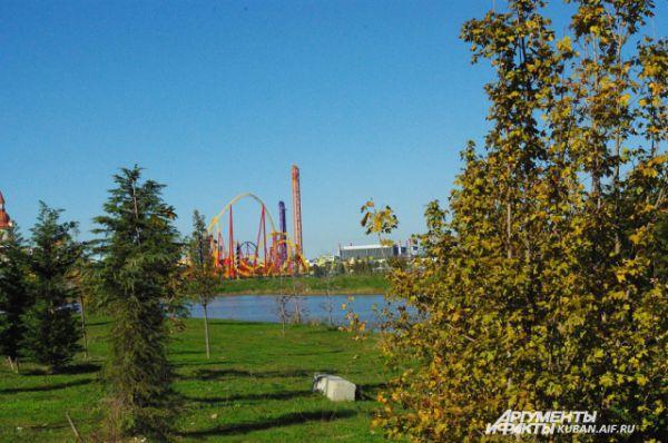 Сквозь краснокнижный парк виден сочинский парк аттракционов, который именуют русским «диснейлендом».
