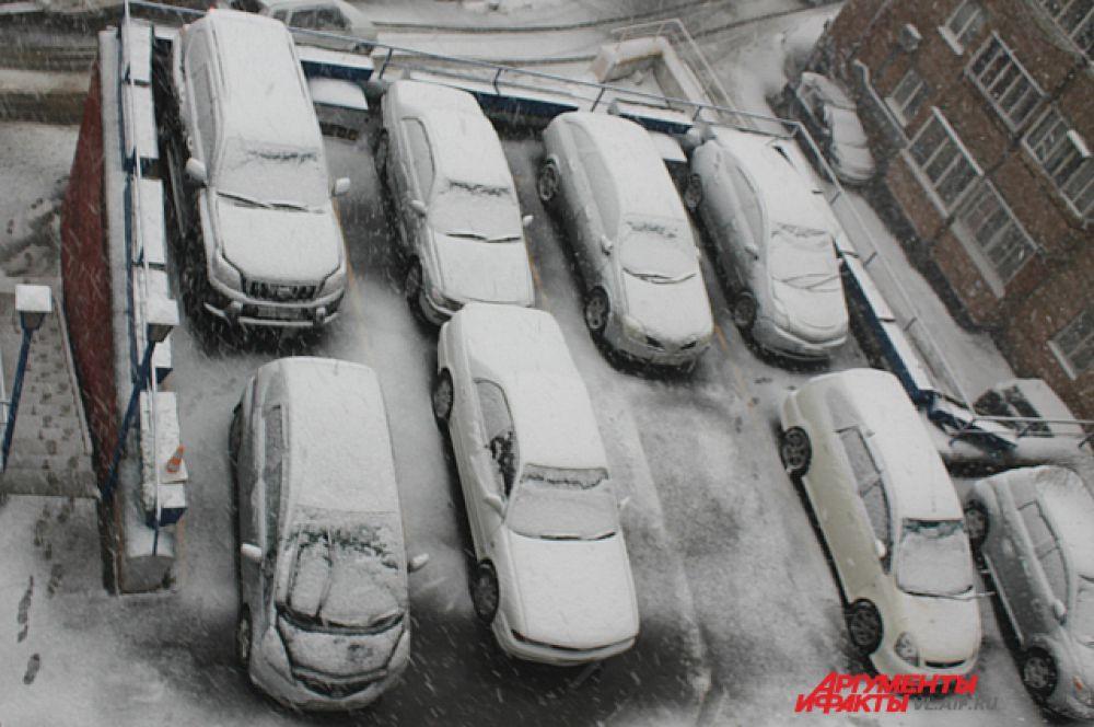 Открывать двери у таких машин придётся с силой - примёрзли.