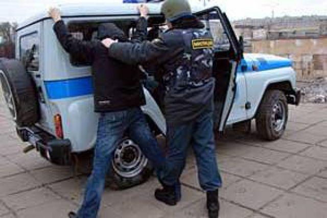 Разбойник грабил павильоны, угрожая продавцам пистолетом.