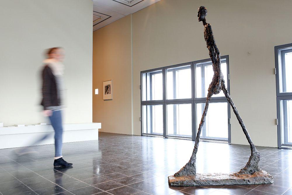 Альберто Джиакометти – швейцарский скульптор, видный художник-сюрреалист. Он создал сотни произведений, но самым известным и дорогим из них стала отлитая в 1961 году из бронзы скульптура L'Homme qui marche («Идущий человек»). Выставленная в феврале 2010 года на аукцион Sotheby's, она всего через восемь минут была приобретена вдовой ливанского банкира Эдмонда Сафра Лили за рекордные £58 млн. Тем самым был перекрыт результат торгов 2007 года, на которых самой дорогой скульптурой стала статуя возрастом 5000 лет по имени Guennol Lioness («Львица Гуэннола» из Месопотамии) — $57 млн.