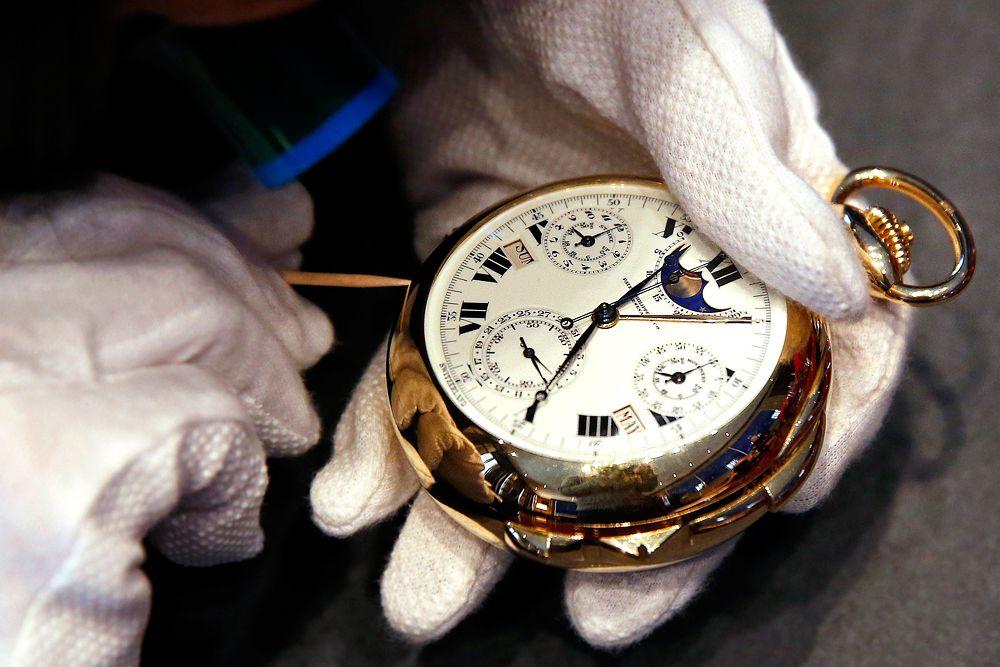 Карманные часы Henry Graves Supercomplication были проданы за $23,9 млн. 11 ноября 2014 года на аукционе Sotheby's. Сложнейшие часы с двумя циферблатами. Их было выпущено всего 4 экземпляра. У каждого из них уникальный корпус из драгоценного металла: из желтого, белого и розового золота и из платины. Еще один рекордный показатель — количество функций, которыми обладают часы: их 33! На создание часов Patek Philippe потратила 8 лет. Часы состоят из 920 деталей и, помимо стандартных стрелок, оснащены календарем, указателем фаз Луны, высокоточным хронометром.