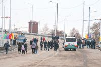 Сразу после открытия путепровод стал пешеходным.
