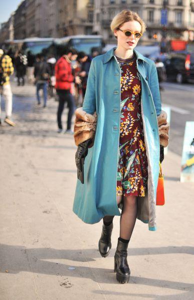 Интересно в этом образе то, что девушка использовала сразу два модных цвета – синий и приглушенный оранжевый. Не переборщите с последним и выбирайте менее яркие оттенки желтого