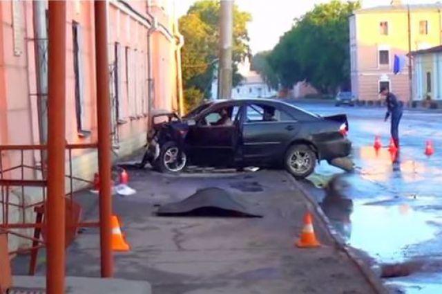 Toyota Camry, которая врезалась в задние школы в Вологде.
