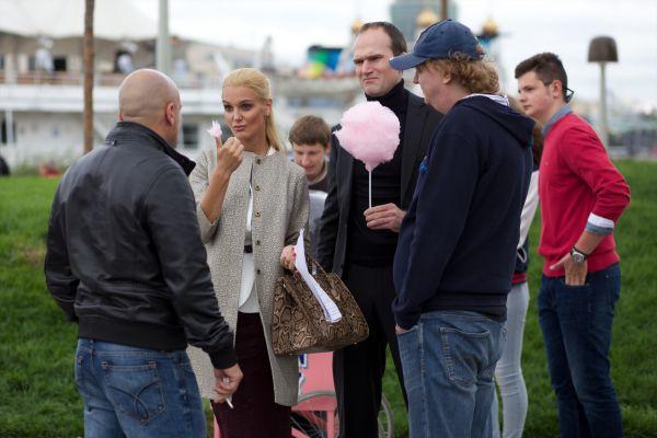 Другой эпизод снимался возле «Красного октября», где Фома в компании учителей, своей новой начальницы Елены и её молчаливого охранника поедает сахарную вату.