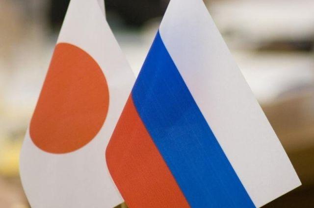 Государственные флаги Японии и России.