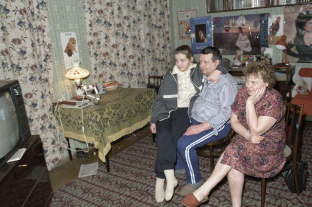 Семья в одной из комнат коммунальной квартиры.
