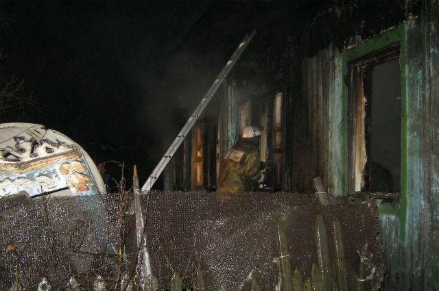Пожар в частном доме унес жизни двух людей.
