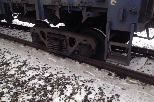 Грузовой поезд сошёл с рельсов.