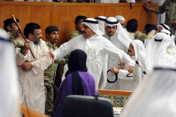 Сложно сказать, кому чей верблюд дорогу перешел и чем закончилась бы потасовка кувейтских депутатов-шиитов и суннитов в 2011 году, если бы не вмешались охранники. Но парламентарий с колом в руках выглядит очень зловеще.