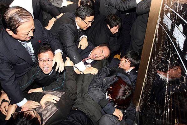 В итоге этого противостояния в здании парламента появились баррикады и были выбиты окна.