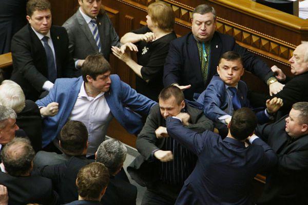 В последние годы Украина вышла на уверенное первое место по боям без правил в стенах госучреждений. Количество драк здесь такое, что незалежная давно опередила страны третьего мира.