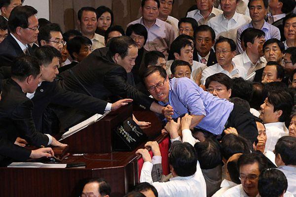 В парламенте Южной Кореи в 2010 году  драка разразилась на почве отмывания миллиардов долларов из денег, которые были выделены на очистку местных рек.