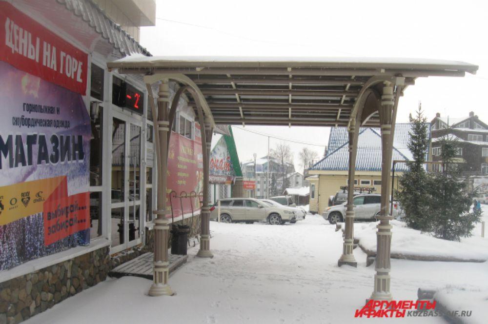 На территории спортивно-туристического комплекса есть магазины спортивного инвентаря и снаряжения.
