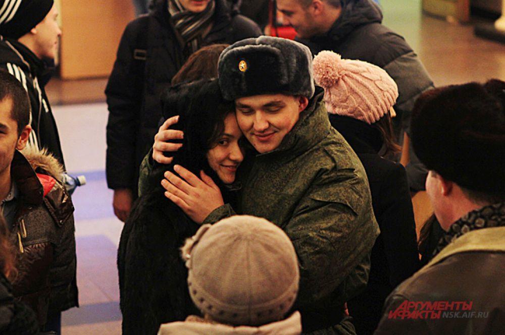 Проводить сибирских новобранцев самого престижного в России воинского подразделения приходят всей семьёй.