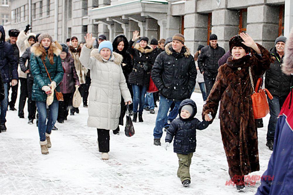 Под звуки военного оркестра новобранцев провожали первый заместитель мэра столицы Сибири Андрей Ксензов, ветераны, представители духовенства и родственники будущих солдат.
