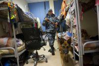 Стандартная мигрантская «спальня» вМоскве вовремя полицейского рейда «Нелегальный мигрант» врайоне Хорошево-Мневники.