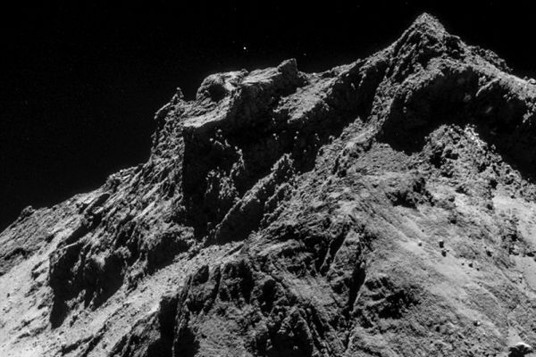 Комета Чурюмова-Герасименко делает петлю вокруг Солнца по орбите, пересекающей орбиты Юпитера и Марса, приближаясь, но, не выходя на орбиту Земли. Как и большинство комет семейства Юпитера, она выпала из пояса Койпера в результате одного или нескольких столкновений или гравитационных рывков.