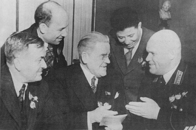 А. Александров (крайний слева).