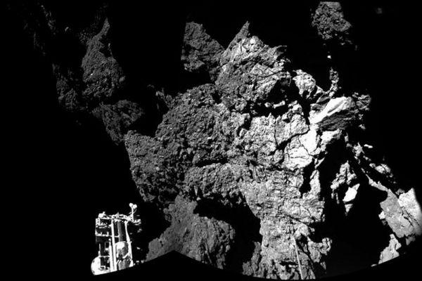 После посадки на комету, модуль не смог закрепиться на поверхности. После нескольких попыток аппарат оказался в тени скалы. Из-за этого «Фила» может получать свет только 90 минут в день, вместо необходимых 6-7 часов. Специалисты Европейского космического агентства решают, как передвинуть модуль на освещаемую сторону кометы.