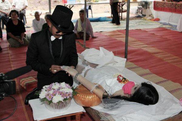 Самой печальной свадьбой в истории можно назвать бракосочетание тайца Чадила Юнйинги, который женился на своей мертвой подруге. Так сложилось, что пара встречалась больше 7 лет, но откладывала свадьбу, стремясь сделать карьеру. И вот, когда наконец день бракосочетания был назначен, девушка – Сарина Камсук – погибла в автокатастрофе. Чадил не стал отменять свадьбу. Специально для церемонии на мертвую невесту надели белое короткое платье, чулки, фату и перчатки.