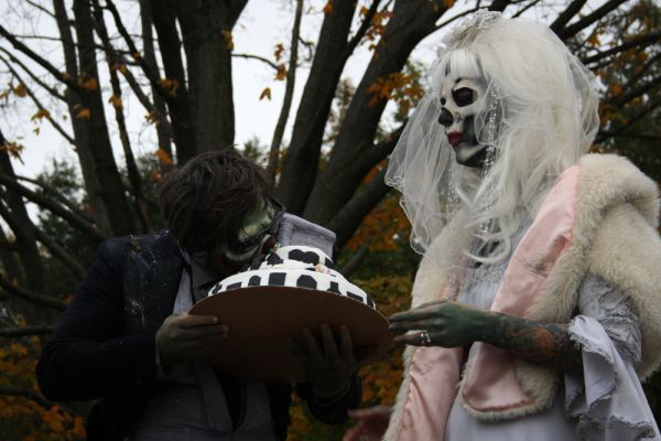 Кто-то женится на покойниках, а кто-то стремится быть на них похожим.