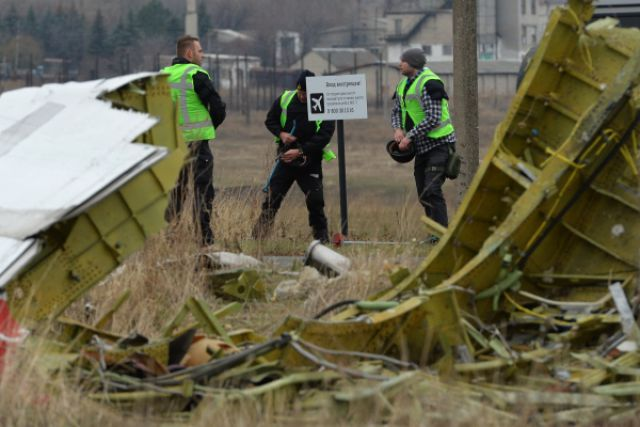 Голландские эксперты работают на месте крушения малайзийского самолета Boeing, выполнявшего рейс MH17 Амстердам — Куала-Лумпур.