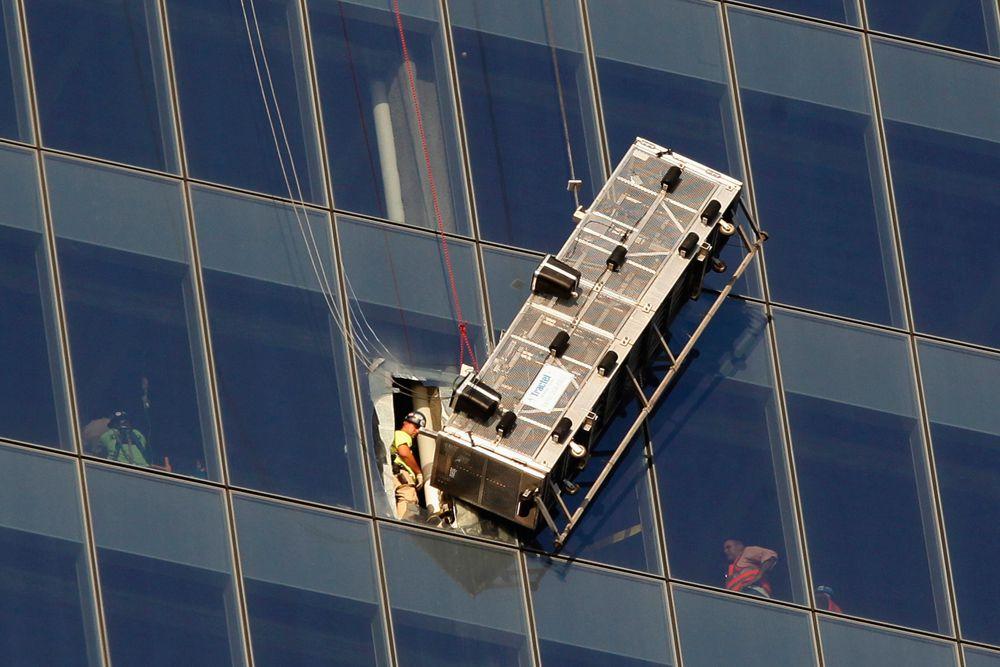 13 ноября нью-йоркские пожарные спасли двух мойщиков окон, которые застряли в подвесной люльке на уровне 69-го этажа Всемирного торгового центра. У подъемника оборвался один из тросов, и он повис под углом в 70-80 градусов. Мойщики окон смогли удержаться, несмотря на крен.