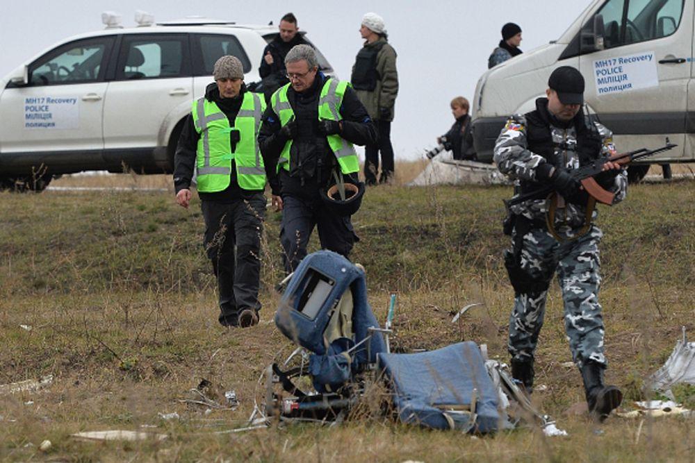 Во вторник, 11 ноября, голландские эксперты прибыли на место падения Boeing в Донбассе. Совместно с наблюдателями ОБСЕ голландцы осматривают место падения кабины малайзийского Boeing в селе Рассыпное Шахтерского района Донецкой области.
