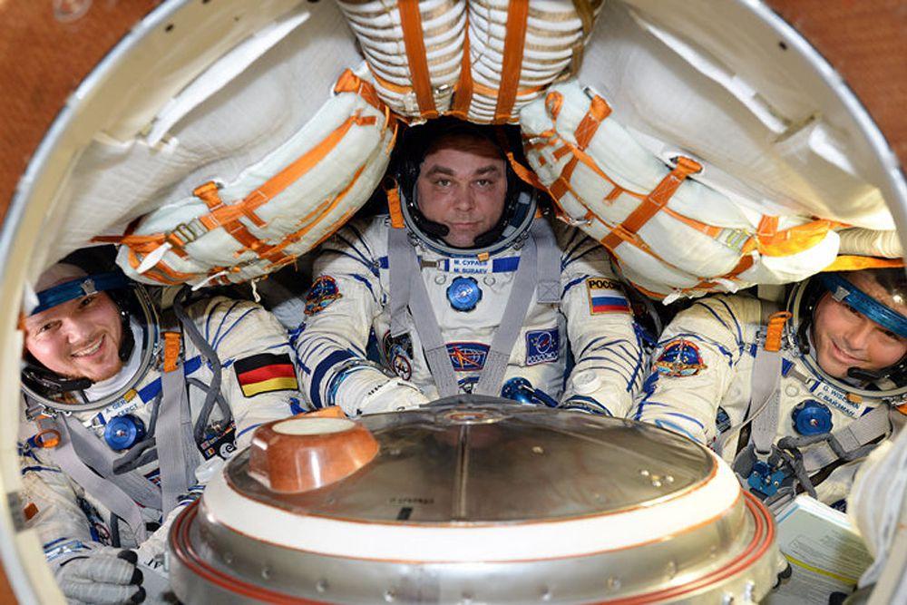 В понедельник около 7 утра по московскому времени в казахской степи совершил удачную посадку спускаемый аппарат пилотируемого космического корабля «Союз ТМА-13М». Российский космонавт Максим Сураев, астронавт NASA Рид Уайзман и астронавт Европейского космического агентства Александр Герст работали на орбите около 170 суток.