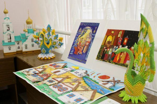 Участники форума посмотрели выставку детских работ лауреатов XII конкурса имени святителя Димитрия Ростовского.