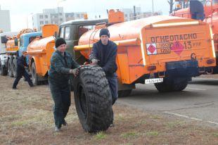 Водителям бензовозов приходится менять колёса после предыдущей поездки на Донбасс.