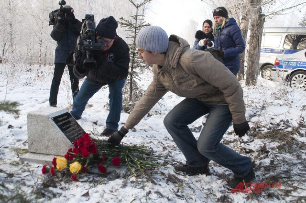В Омске установили камень в основу памятника погибшим в автоавариях.