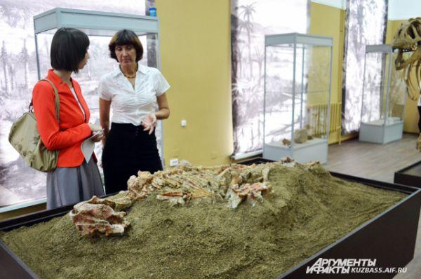 Первым экспонатом выставки стал скелет «подростка» пситтакозавра сибирского возрастом около 125 млн лет.