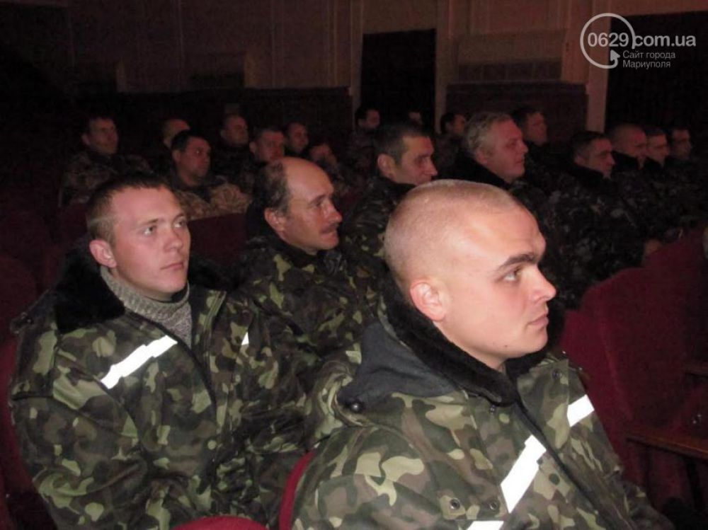 В Мариуполе выступили военные артисты
