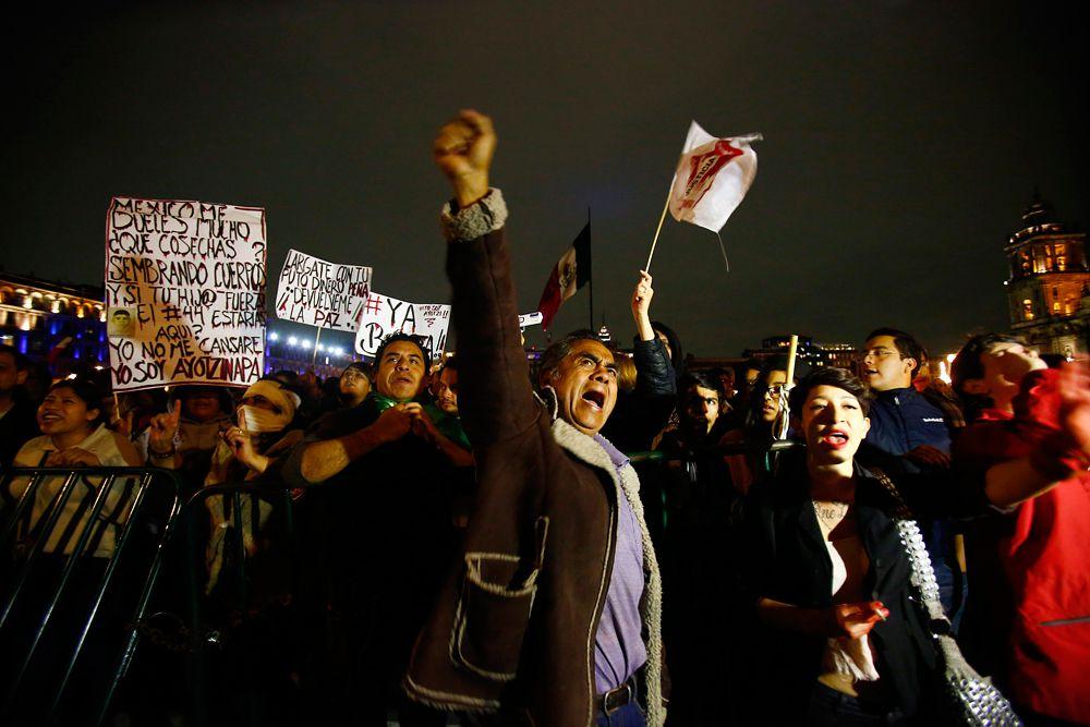Протестующие подожгли несколько автомобилей, припаркованных в районе комплекса правительства штата Герреро. После окончания акции протеста под лозунгом «43х43 - больше ни одного пропавшего» тысячи участников, взявшись за руки, хором проскандировали на центральной площади страны имена пропавших студентов.